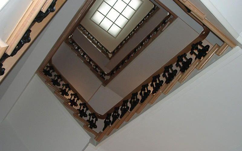 Sicht von unten auf historische Treppe