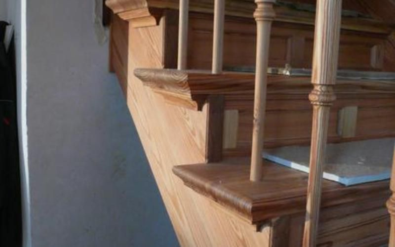 Aufgesattelte Treppe aus altem Pitch-Pine